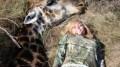 Rebecca Francis publicou a foto ao lado da girafa morta em seu site.  (Crédito: Reprodução)