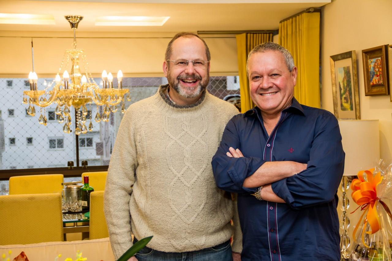 Os sorridentes Cláudio Martinewski e Newton Quites na comemoração do aniversário de Marília Quites. (Foto: Pedro Antonio Heinrich/especial)