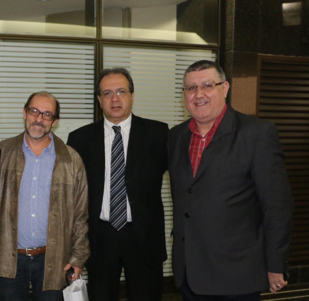 Marcos Santuario, Gustavo Vitorino e Sérgio Jost prestigiaram o novo lançamento da Kia Sun Motors. (Foto: Eduardo Malo/Divulgação)