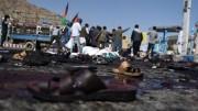 Sandálias de manifestantes afegãos vistos na cena de ataque suicida em ato em Cabul (Foto: AP)