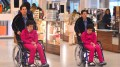 """Atriz foi vista em uma cadeira de rodas. Claudia estava com a filha em um bairro nobre de Curitiba quando foi abordada por dois homens armados: """"Quebraram meu pé"""". (Foto: Reprodução)"""