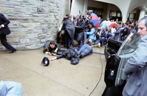Imagem mostra o momento do atentado em em frente ao Washington Hilton Hotel. Tiros perfuraram um dos pulmões do líder republicano. Outros dois ficaram feridos. (Foto: The Reagan Library)