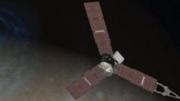 Ilustração  mostra a sonda Juno passando sobre um dos polos de Júpiter: em busca dos mistérios da origem do planeta e da formação do Sistema Solar.  (Crédito: Reprodução)