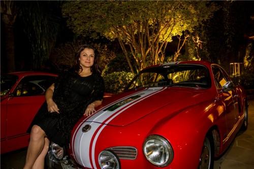 Patricia Fossati Druck e o automóvel que irá guiar em rally na serra gaúcha. (Foto: Pedro Antonio Heinrich/especial)