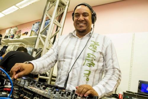 O DJ Lê Araújo proporcionou alguns dos melhores momentos da semana com as suas escolhas musicais. (Foto: Pedro Antonio Heinrich/especial)