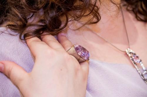 Anel com pedra da lapidação irregular teve montagem de elaborado bom gosto criada pelo designer de joias Ralf Schinke. (Foto: Pedro Antonio Heinrich/especial)