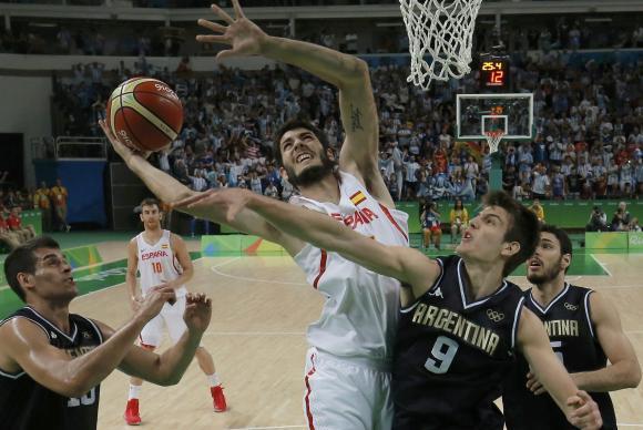 Espanha venceu a Argentina por 92 a 73 e ultrapassou o Brasil na pontuação para as quartas de final (foto: Reuters/Jim Young/Direitos Reservados/Agência Brasil)