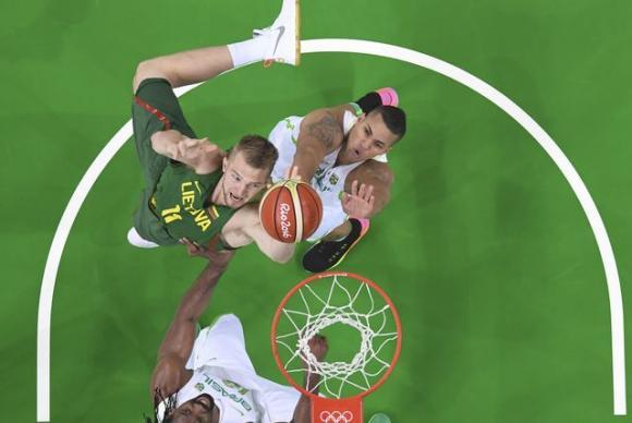 A Seleção Brasileira de basquete ainda esboçou uma reação, mas perdeu para a Lituânia por uma diferença de seis pontos. (Foto: Reprodução)