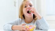 Consumo exagerado de açúcar durante a infância aumenta  os riscos de desenvolvimento de doenças cardíacas durante a fase adulta. (Crédito: Reprodução)