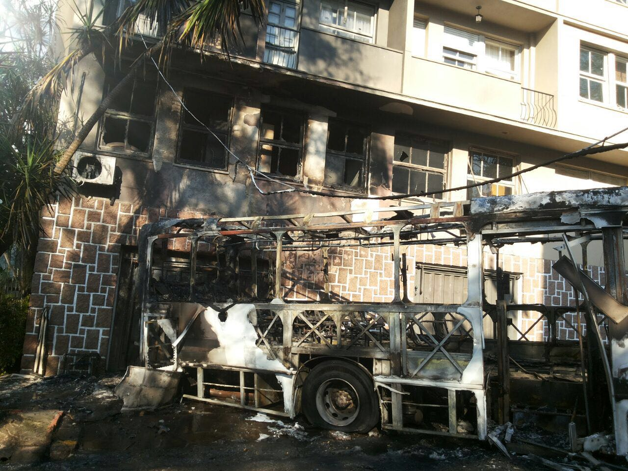 linha jardim ipe porto alegre : ?nibus e tr?s carros pegam fogo no bairro Petr?polis, em ...