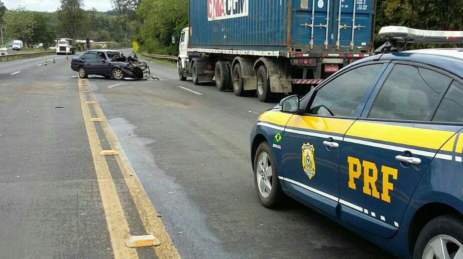 Ficaram feridos a passageira do carro e o motorista do caminhão. (Foto: PRF/Divulgação)