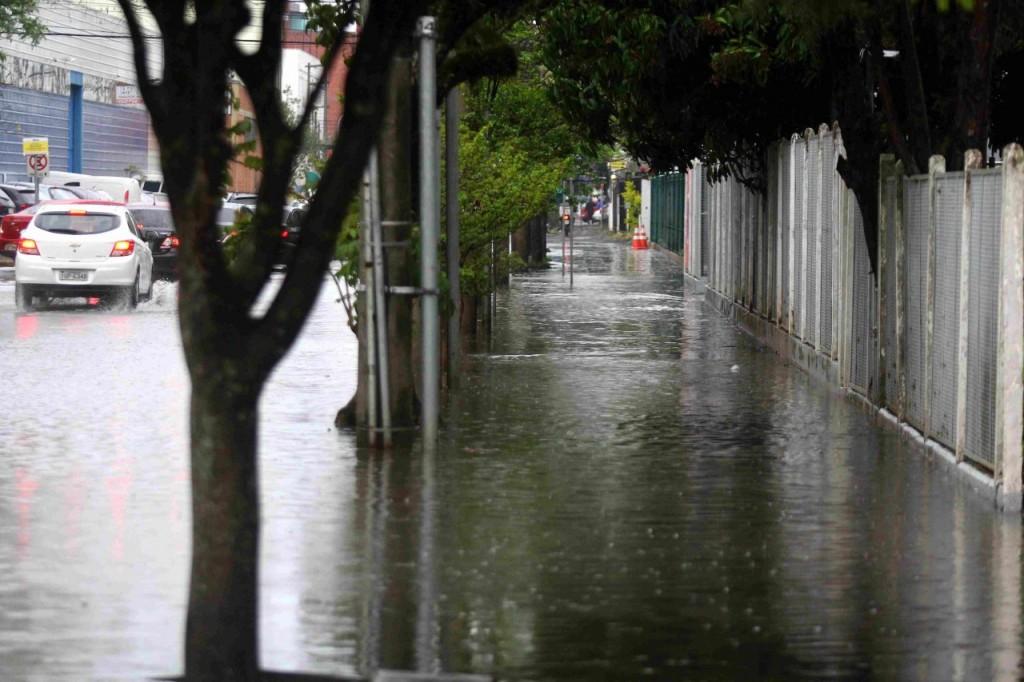 Ruas de Porto Alegre ficaram alagadas na terça-feira (Foto: Banco de Dados)