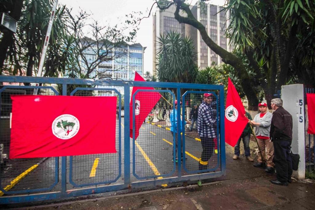 Funcionários são impedidos de entrar no local (Foto: Jackson Ciceri/O Sul)