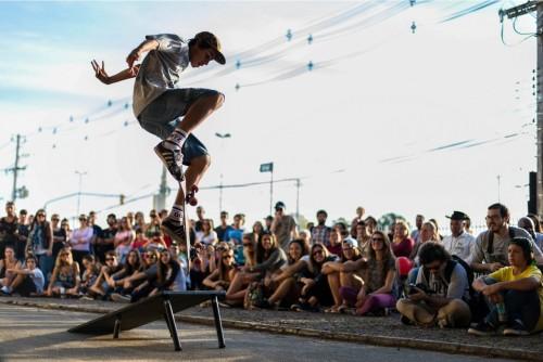 A galera animada do skate de Porto Alegre irá trazer manobras radicais e adrenalina para os idosos do Asilo Padre Cacique. (Foto: Anna Berthier/divulgação)