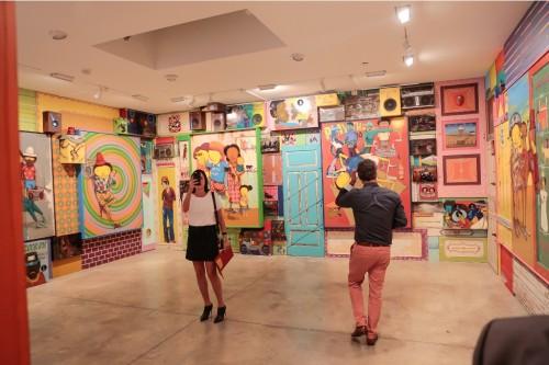 As obras dos artistas ocupam todos os espaços das paredes de cada uma das cinco salas da galeria Lehmann Maupin destinadas à exibição da mostra. (Foto: Vini Dalla Rosa/divulgação)