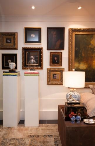Estantes com livros, esculturas, quadros, móveis e tapeçaria de bom gosto chamam a atenção no arranjo do espaço. (Foto: Divulgação)