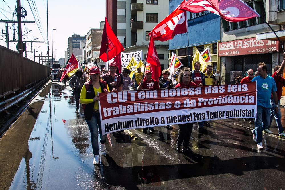 Manifestantes seguiram pela avenida da Legalidade (Foto: Jackson Ciceri/O Sul)