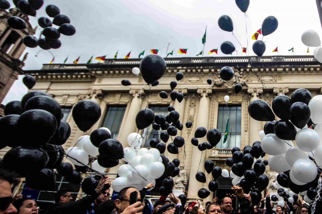 Balões foram soltos em frente ao Palácio Piratini (Foto: Jackson Ciceri/O Sul)