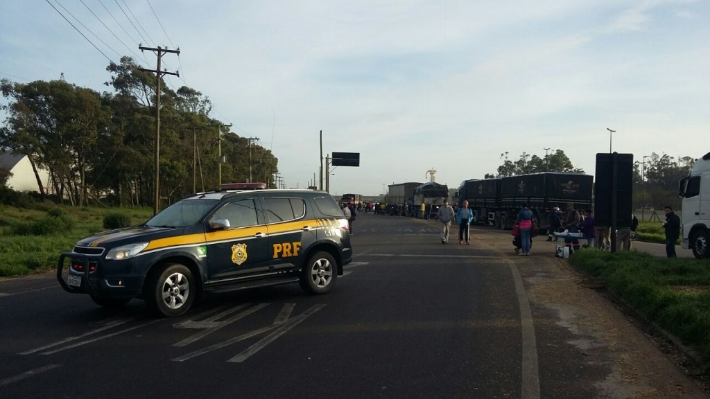 Rodovia foi bloqueada (Foto: PRF/Divulgação)