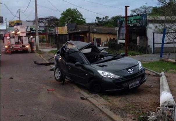 Carro colidiu contra poste (Foto: BM/Divulgação)