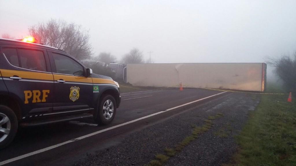 Caminhão tombou na pista (PRF/Divulgação)