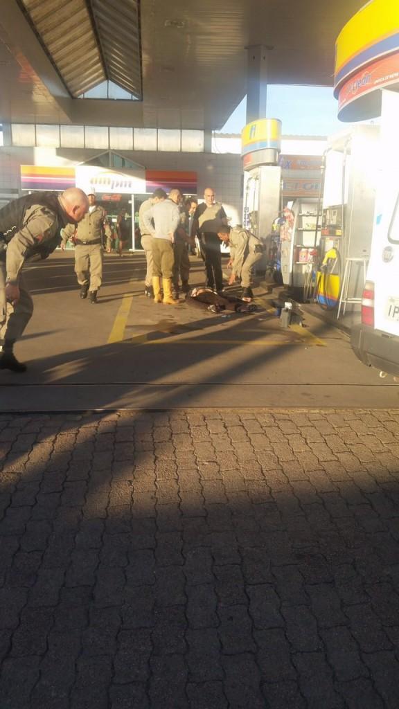Após assaltarem uma loja, criminosos trocaram tiros com os policiais em um posto de combustíveis que fica ao lado do estabelecimento. (Foto: Brigada Militar/Divulgação)