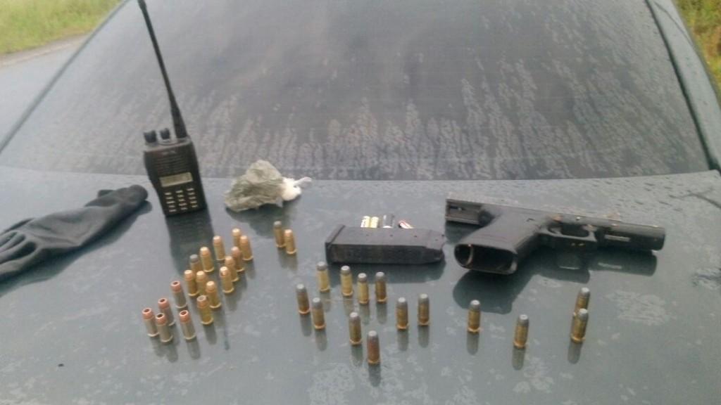 Fuzil e pistola foram apreendidos (Foto: Brigada Militar/Divulgação)