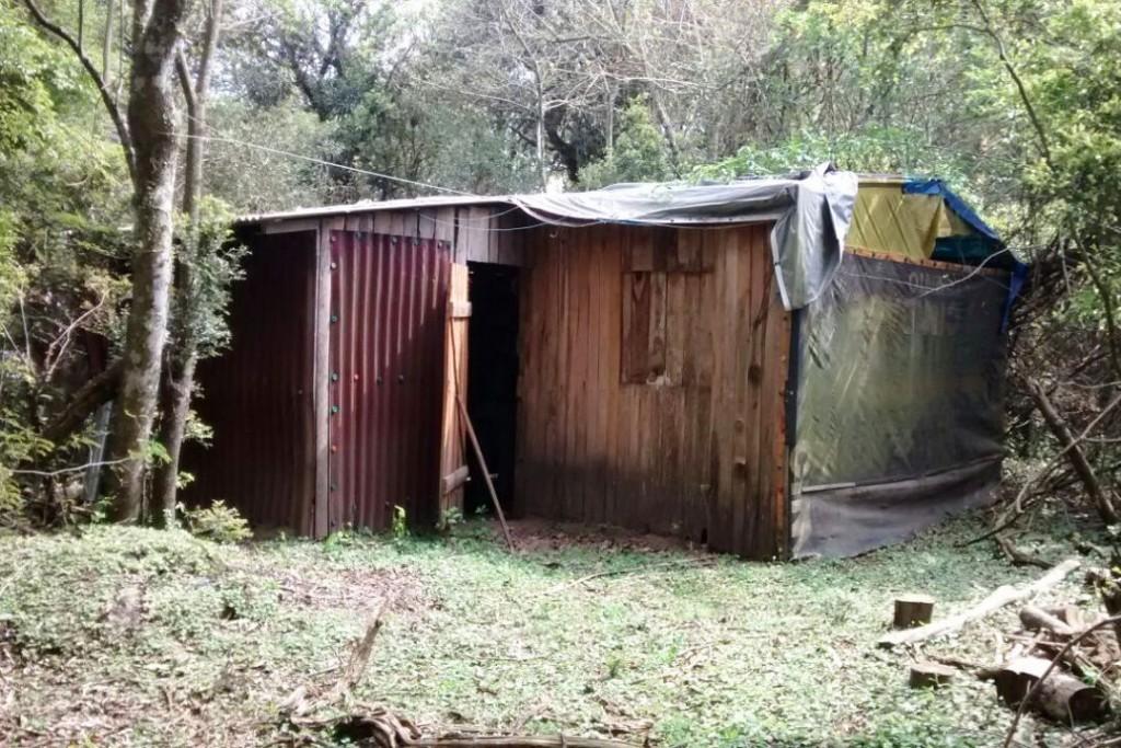 O homem foi localizado em um casebre no interior do município de General Câmara.(Foto: Polícia Civil/Divulgação)