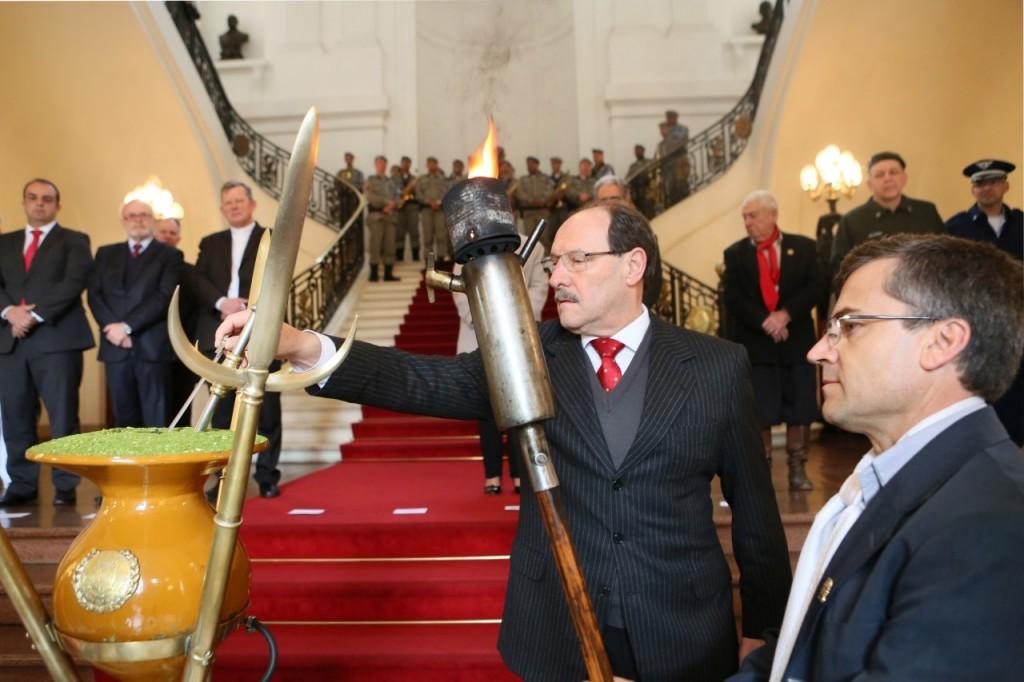 Sartori procedeu ao acendimento do candeeiro crioulo, ao som do Toque da Vitória. (Foto: Luiz Chaves/Palácio Piratini )