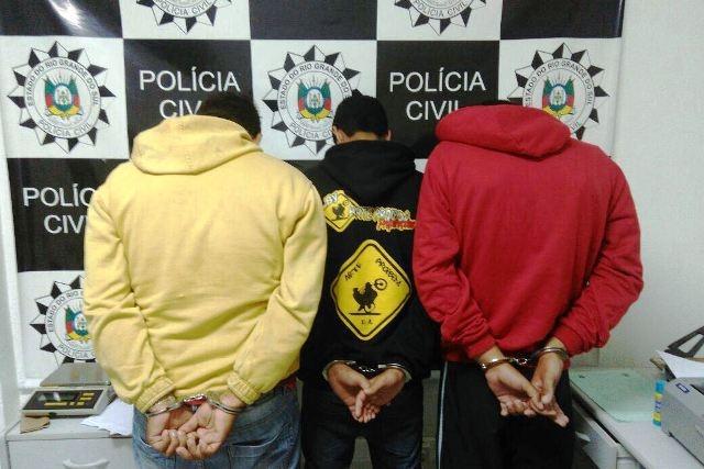 Foram apreendidos celulares e uma réplica de arma de fogo com os indivíduos (Foto: Polícia Civil/Divulgação)