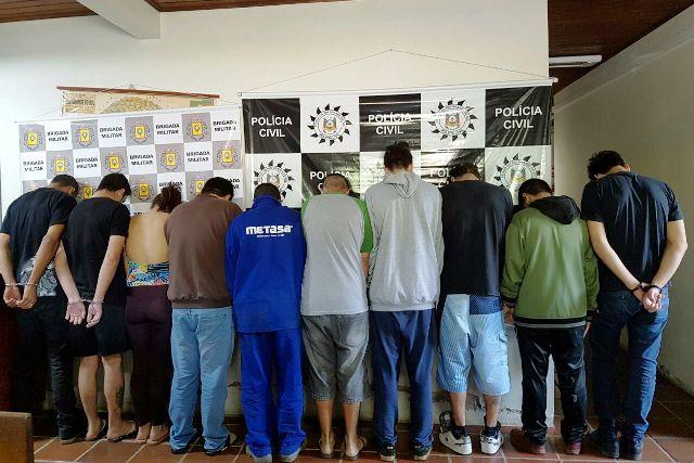 Além das dez pessoas presas, a polícia apreendeu armas e drogas (foto: Polícia Civil/Divulgação)