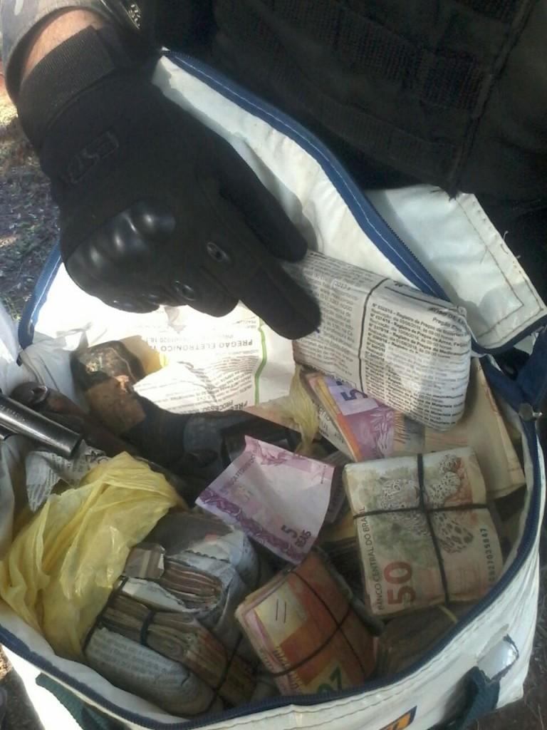 Dupla é presa com dez quilos de cocaína, armas e dinheiro em Nova Santa Rita.  (Foto: Brigada Militar/Divulgação)