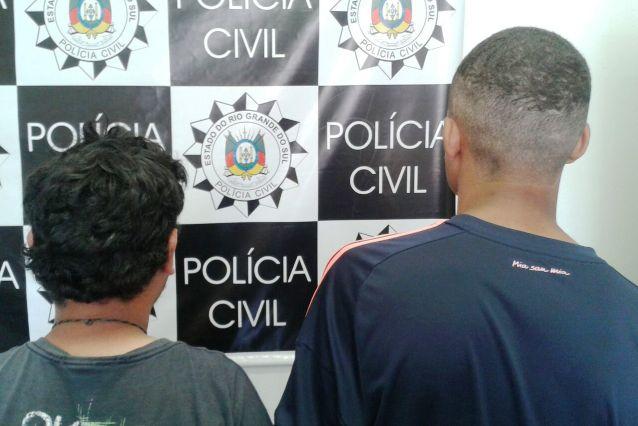 Dois homens, um deles apontado como gerente do tráfico no bairro Santa Tereza, foram presos nesta quinta-feira. (Foto: Polícia Civil/Divulgação)
