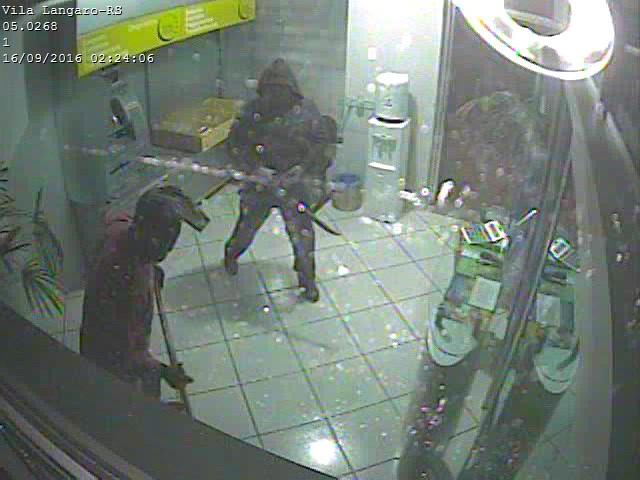 Criminosos aparecem em imagens do sistema de segurança do banco. (Foto: Divulgação)