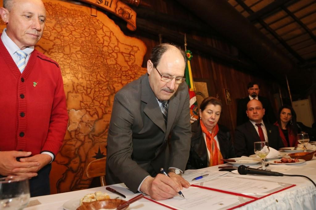 O governador também assinou o regimento interno do Fundo de Desenvolvimento e Inovação da Cadeia Produtiva da Erva-Mate. (Foto: Luiz Chaves/Palácio Piratini )