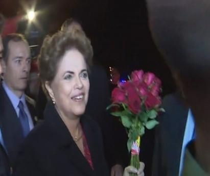 Dilma Rousseff desembarcou na Base Aérea de Canoas. (Foto: Reprodução de TV)