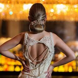 A modelo Gabriela Barivieira usa vestido de Marco Tarragô e buquê da Tok de Arte. O cabelo foi feito por Gabi Santos, com make de Cris Ferreira. Ela foi fotografada no Stylicatto Prime e no 300 Cosmo Dining Room. (Foto: Jorge Scherer/Divulgação)
