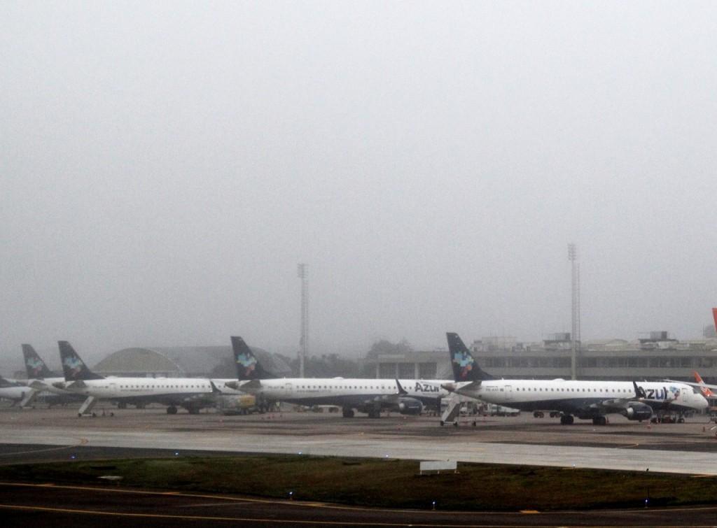 Pousos e decolagens foram suspensos em razão da baixa visibilidade (Foto: Jackson Ciceri/O Sul)