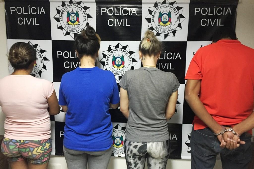 Casal e duas mulheres foram presos na tarde desta segunda-feira. (Foto: Polícia Civil/Divulgação)