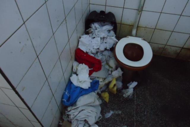 Lixo ficava acumulado porque não havia serviços de limpeza. ( Foto: Vepma/Divulgação)