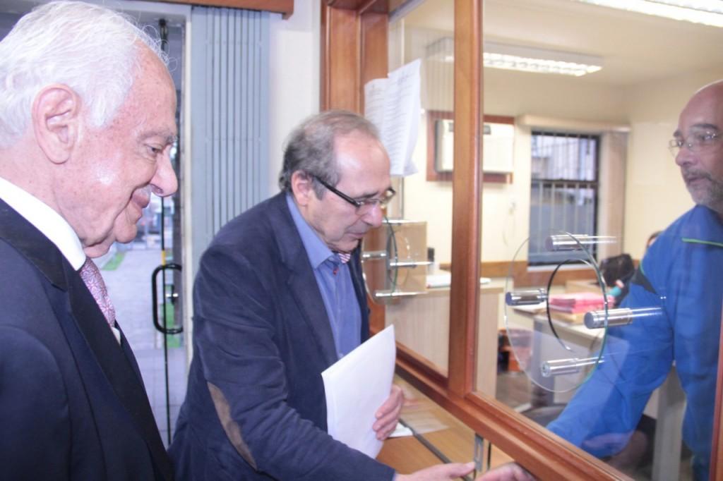 Antenor Ferrari e o ex-senador Pedro Simon (E) apresentaram denúncia ao MPE.(Fotos: PMDB/Divulgação)
