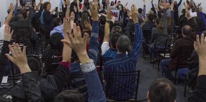 Bancários gaúchos durante assembleia da categoria em Porto Alegre. (Foto: Carol Ferraz/SindBancários)