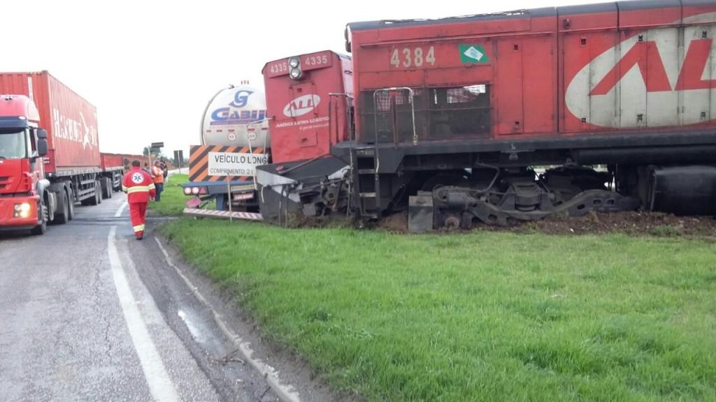 Caminhão-tanque não parou no cruzamento com a linha férrea (Foto: PRF/Divulgação)