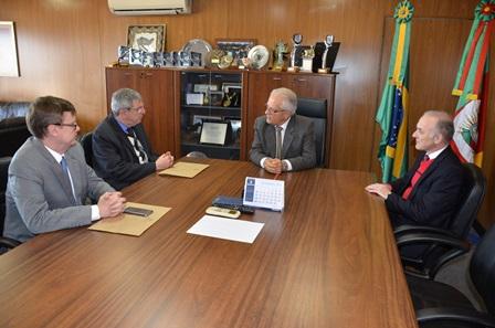 A partir da esquerda,  o juiz Losekann; o presidente do TJ-RS, Difini; o vice-governador Cairoli; e  o procurador-geral do Estado, Euzébio Ruschel. (Foto: Eduardo Nichele/TJ-RS)