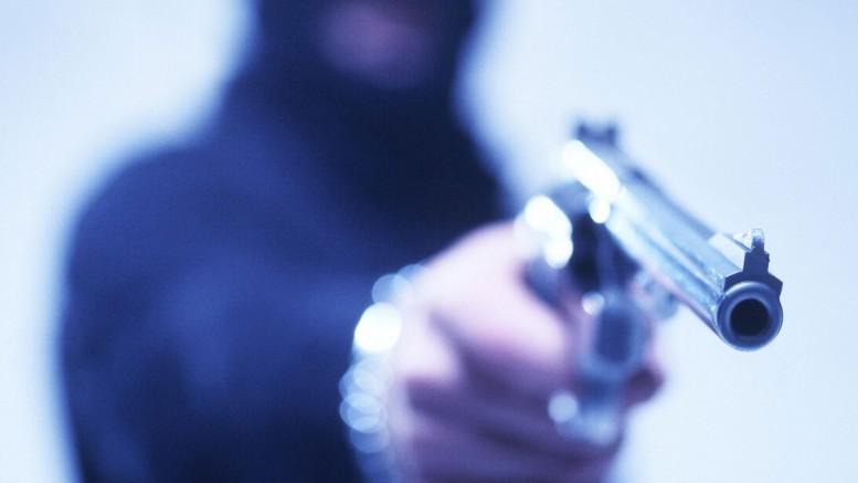 Disparos foram efetuados por homens encapuzados (Foto: Reprodução)