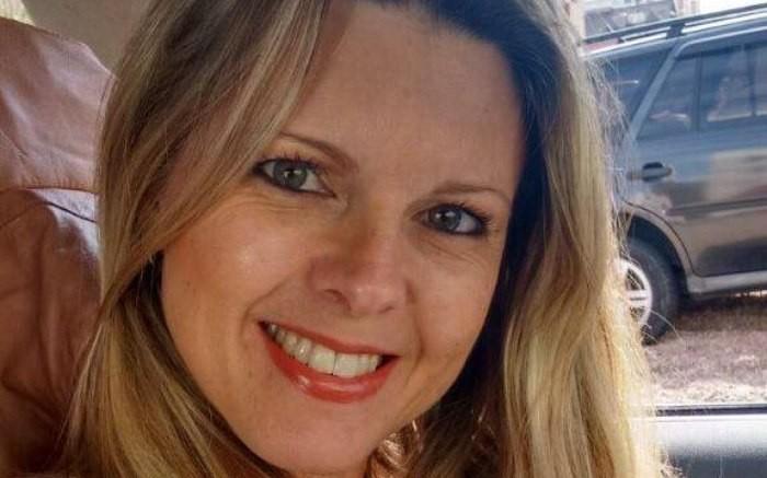 Cristine, de 44 anos, foi baleada na cabeça enquanto esperava pelo filho quando foi atacada por bandidos. (Foto: Reprodução/Facebook)
