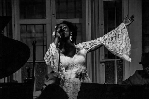 A cantora Glau Barros vai soltar a voz nesta quarta-feira na Sala da Música do Multipalco. (Foto: Pedro Antonio Heinrich/especial)