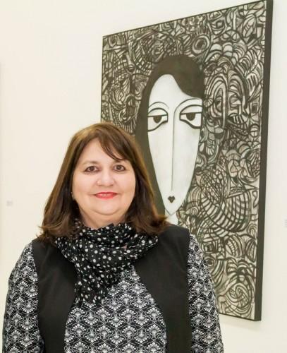 """Ana Zavadil é curadora da exposição """"Jardins de Alicium"""", de Marlene Kozicz, no MAC-RS. (Foto: Pedro Antonio Heinrich/especial)"""
