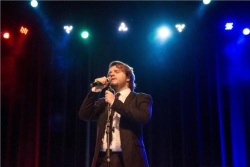 Ricardo Seffner emocionou o público com seu canto francês. (Foto: Joana Rossari/Divulgação)