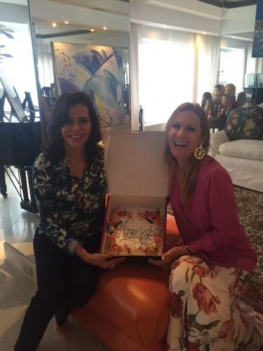 Narcisa Tamborindeguy se animou com seu bolo de aniversário feito por Diego Andino e levado por Carla Lubisco até o Rio de Janeiro. (Foto: Divulgação)